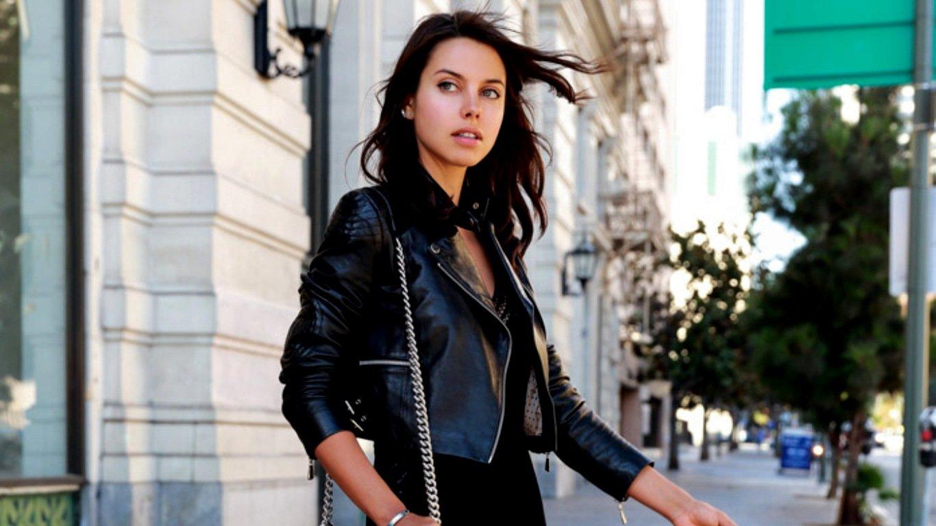 Annabelle Fleur, owner of Viva luxury blog posing for street style.